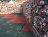 2x2 cm tellerle, renkli taşlarla hazırlanmış gabion oturma bankları